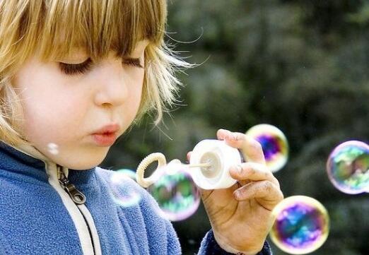 4岁女童玩泡泡水致毁容 其中危害大到吓人 一定别再让孩子玩了