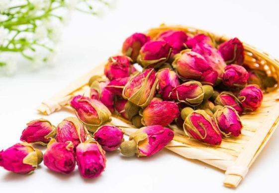 玫瑰花茶对女人好处多多,泡水喝功效明显,哪些人不能喝?