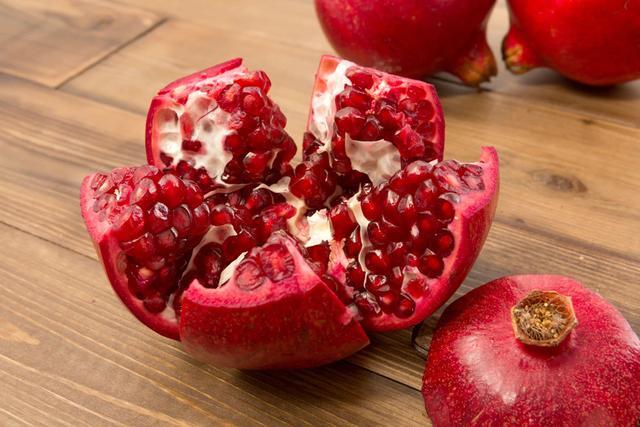 """石榴是秋季养生""""黄金果"""",4种食疗作用:能安神定志、缓解腹泻"""
