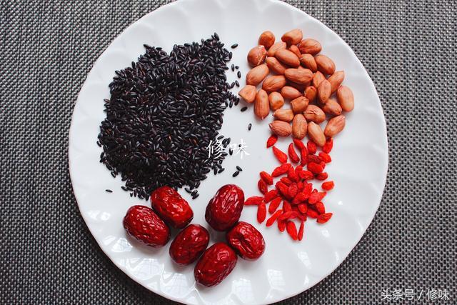 """""""米中之王""""用它熬出的粥,补血好气色,一个诀窍煮得烂,煮得香"""